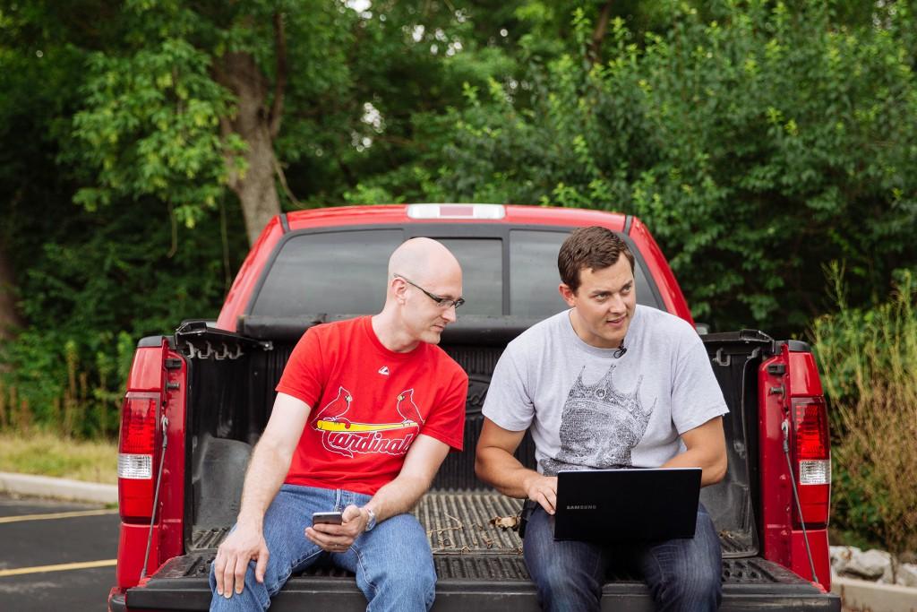 Charlie Miller (a sinistra) e Chris Valasek (a destra) direttore del Vehicle Security Research hanno mostrato al mondo quanto sia facile prendere il controllo di un auto da remoto collegandosi al suo sistema elettronico e by-passare i comandi impostati dal guidatore.